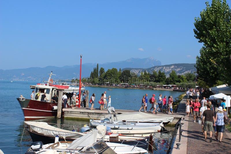 Ankommen durch Boot bei Bardolino auf See Garda Italien stockbilder