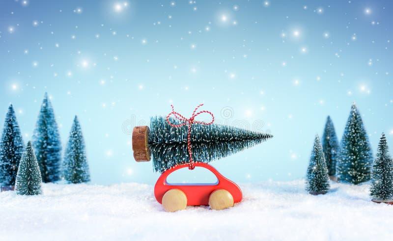 Ankommendes Cristmas Concept Car, das einen Weihnachtsbaum trägt stockbilder