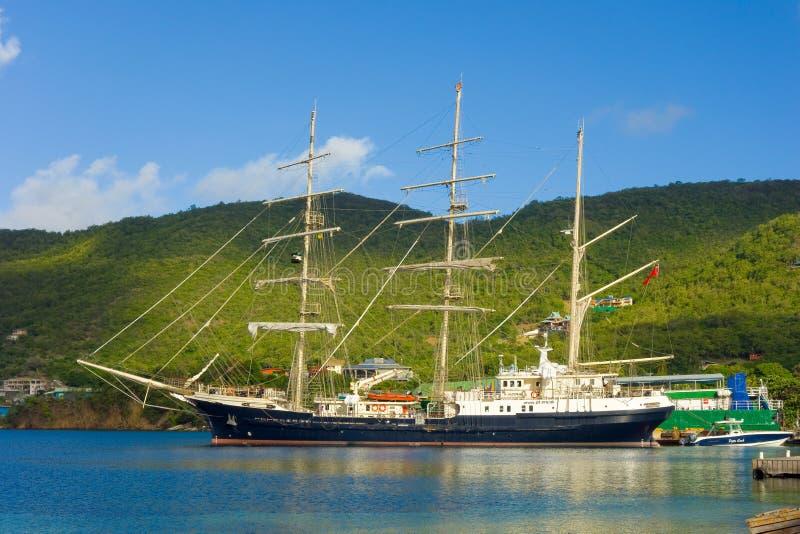 Ankomsten av seglingskeppet som är orubbligt i de lovart- öarna arkivbilder