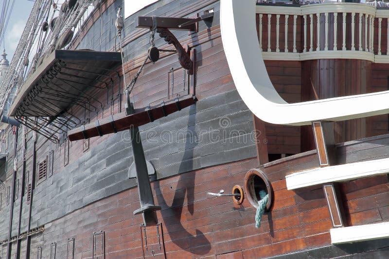 Ankra i skrovet av en forntida krigsskepp royaltyfria bilder