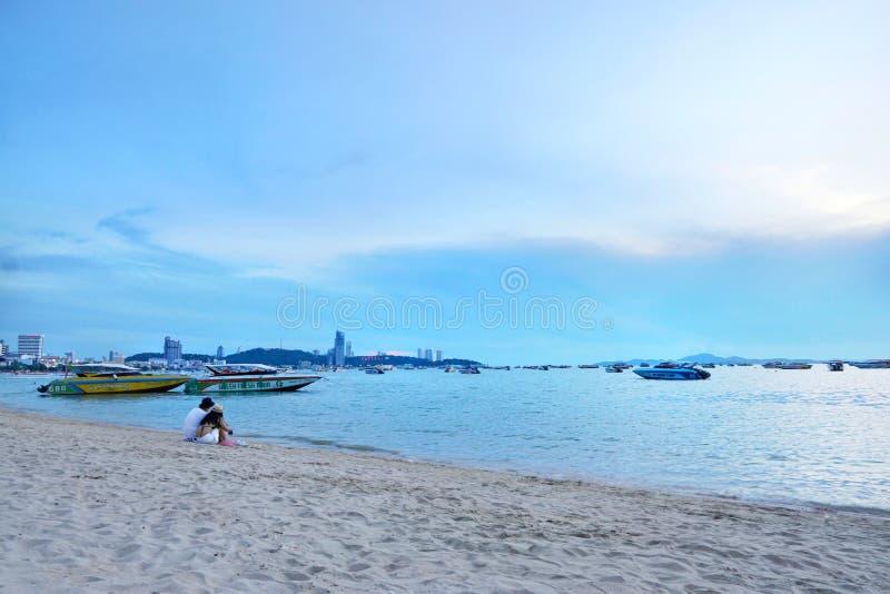 Ankrad väntande på turist för hastighet fartyg på den pattaya stranden royaltyfria bilder