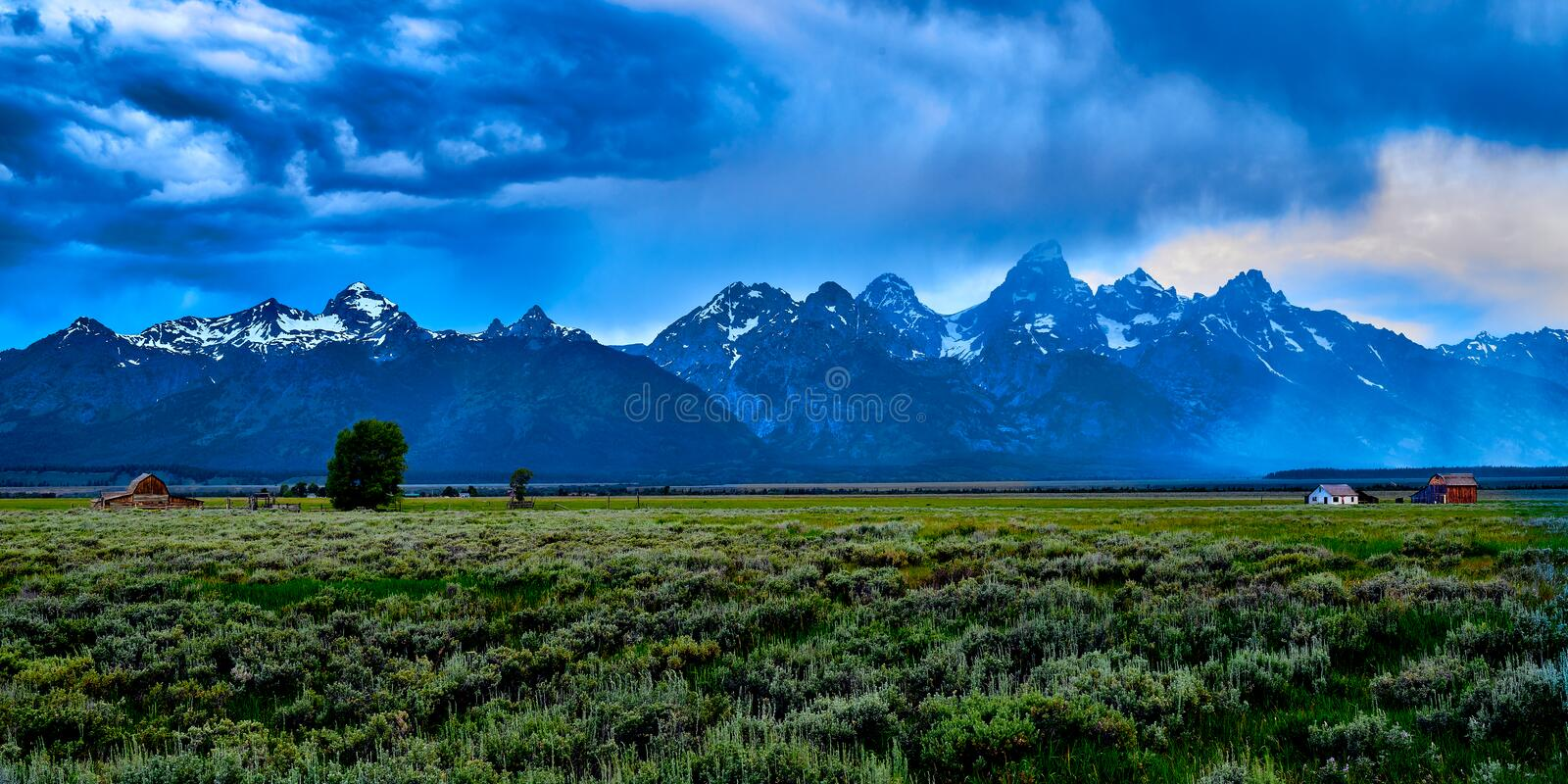 Ankunft des Sturms in Mormon Row im Grand Teton Nationalpark, Wyoming stockfotos