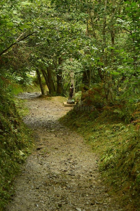 Ankunft zur Zahl von Busgosu Meister und Lord Of The Forest On der Weg des Encantau Camin im Rat von Llanes nave lizenzfreie stockbilder