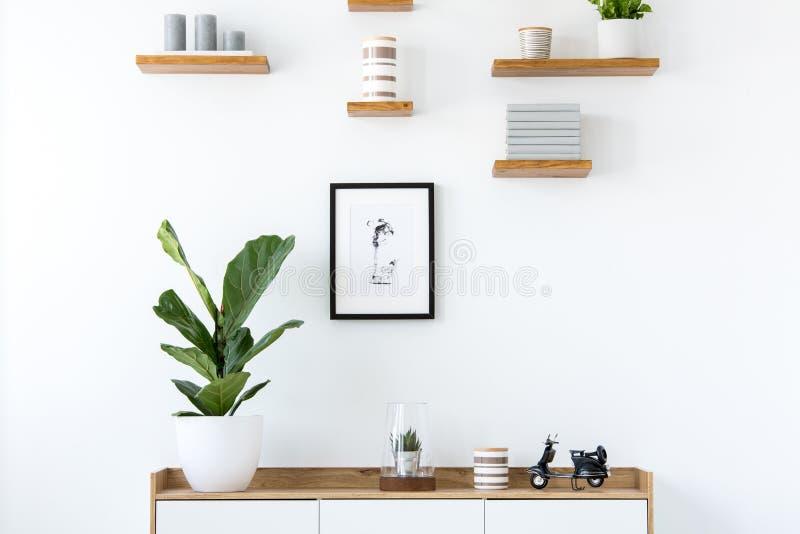 Anlage auf hölzernem Schrank im minimalen flachen Innenraum mit dem Plakat stockfoto