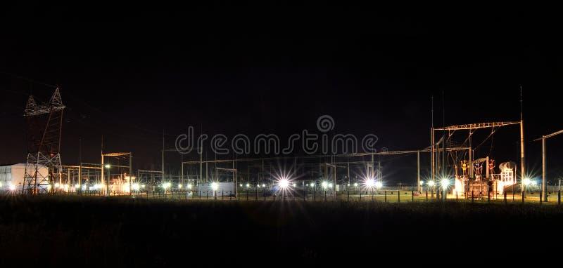 Anlage des elektrischen Stroms bis zum Nacht lizenzfreies stockbild