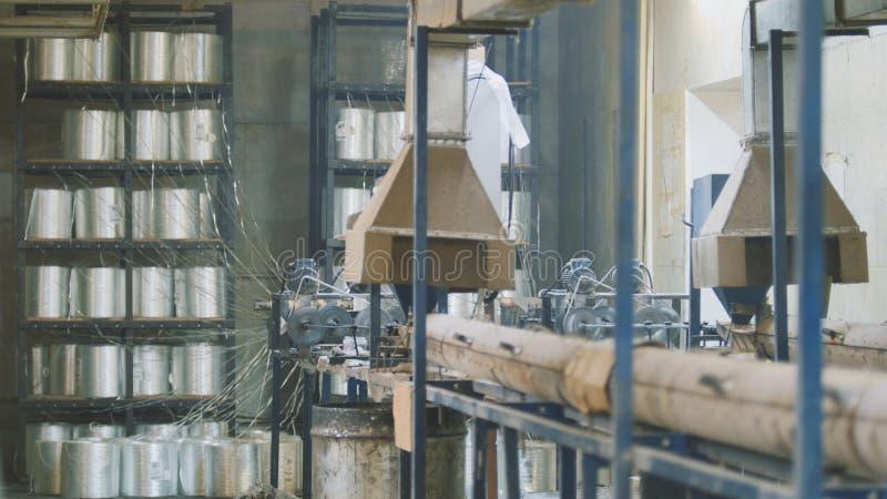 Anlage für das Produzieren von Glasfiberstäben - Fertigung der zusammengesetzten Verstärkung - Fiberglas in den Spulen stockfotos