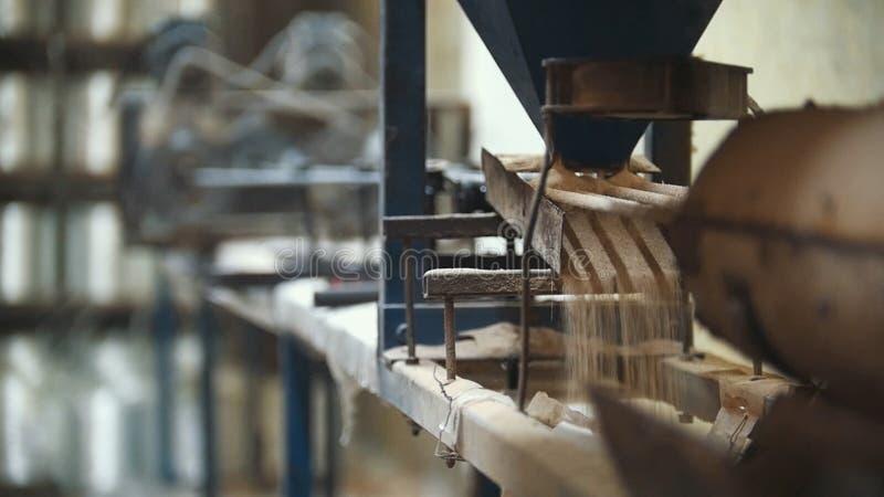 Anlage für das Produzieren von Glasfiberstäben - Fertigung der zusammengesetzten Verstärkung - Fiberglas in den Spulen stockbilder
