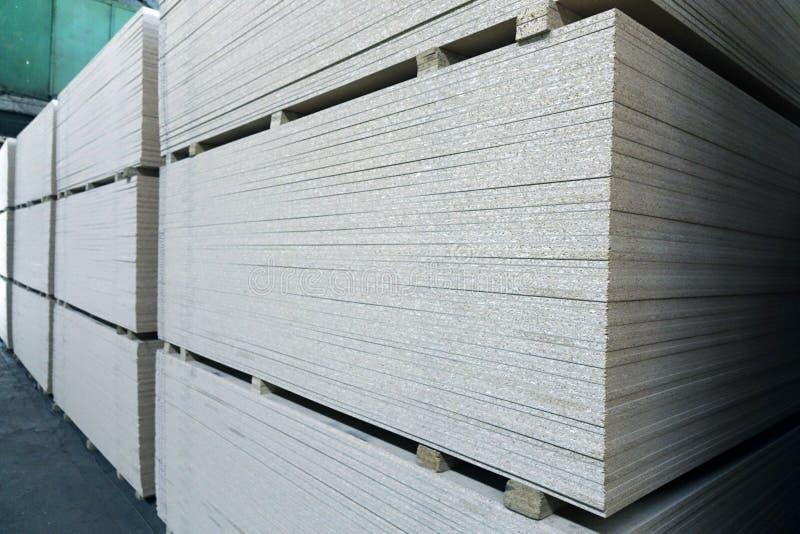 Anlage für die Produktion von hölzernen Brettern Das Konzept der Produktion, der Herstellung und der Holzbearbeitung stockbilder