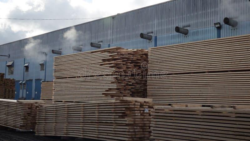 Anlage für die Produktion von hölzernen Brettern Pilorama Das Konzept der Produktion, der Herstellung und der Holzbearbeitung stockfotografie