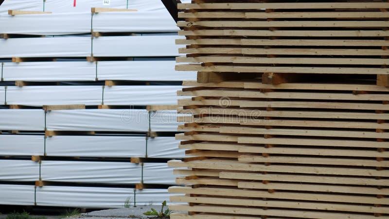 Anlage für die Produktion von hölzernen Brettern Pilorama Das Konzept der Produktion, der Herstellung und der Holzbearbeitung stockfotos