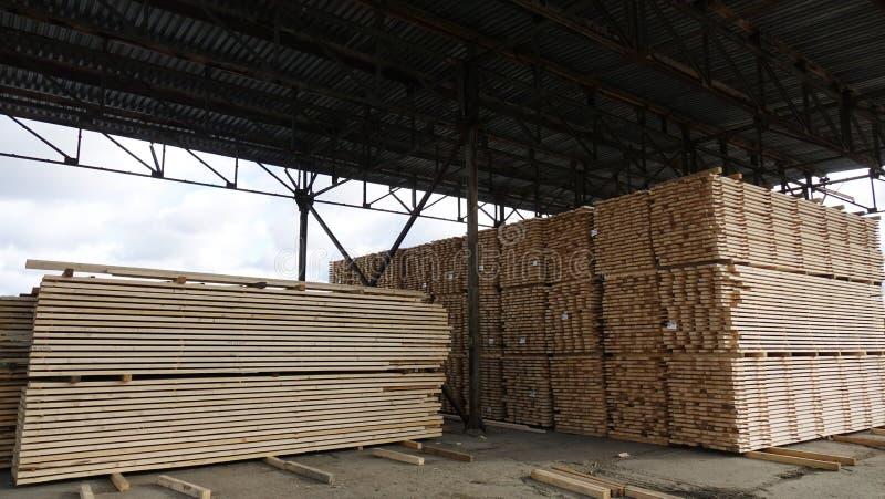 Anlage für die Produktion von hölzernen Brettern Pilorama Das Konzept der Produktion, der Herstellung und der Holzbearbeitung lizenzfreies stockfoto