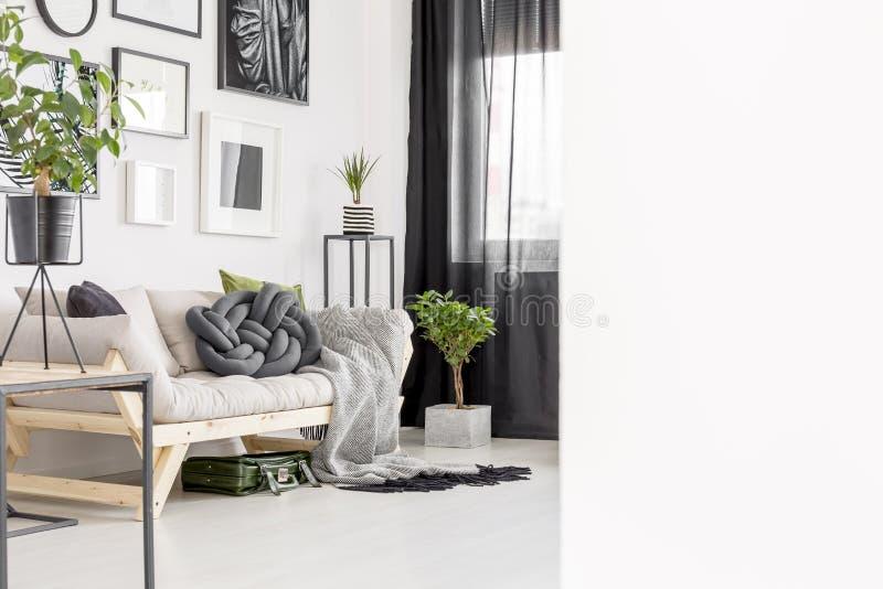 Anlage im hellen Wohnzimmer stockfotografie