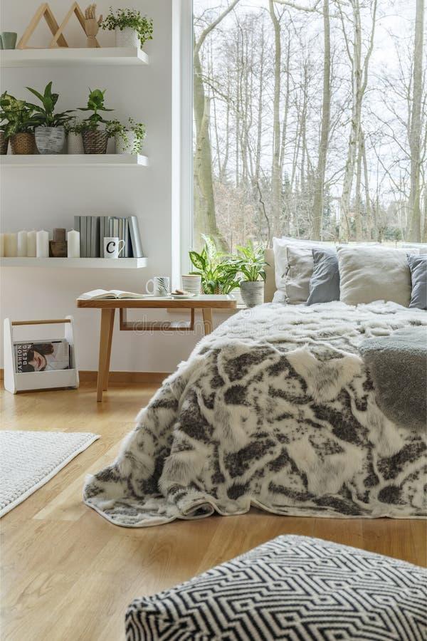 Anlagen im gemütlichen Schlafzimmerinnenraum stockbilder