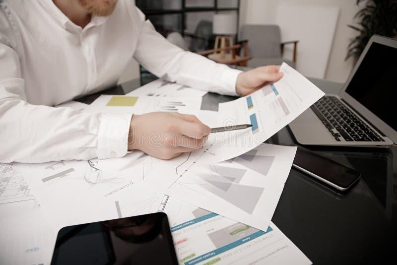 Anlageverwalterarbeitsprozeß Fotobankhändler-Arbeitsmarkt analysieren Unter Verwendung der elektronischen Geräte Weltweiter Vorra stockfotografie