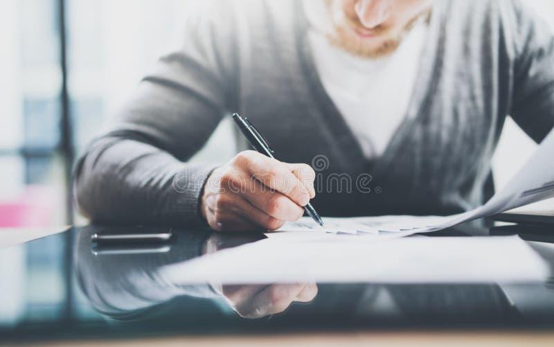 Anlageverwalterarbeitsprozess Fotomann-Arbeitspapierdokumente Der private Banker, der Stift für verwendet, unterzeichnet Verträge stockbild