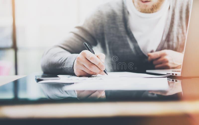 Anlageverwalterarbeitsprozess Fotomann-Arbeitspapierdokumente Der private Banker, der Stift für verwendet, unterzeichnet Verträge lizenzfreie stockfotografie