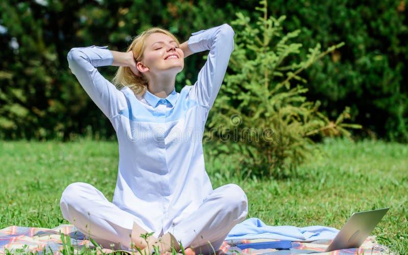 Anledningar bör du meditera varje dag Göra klar din mening Flickan mediterar på bakgrund för natur för äng för grönt gräs för fil royaltyfri foto