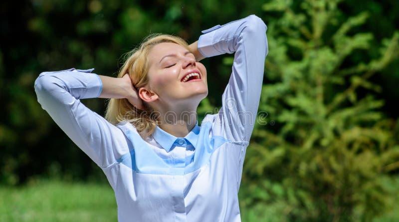 Anledningar bör du meditera varje dag Göra klar din mening Fyndminut som ska kopplas av Flickan mediterar naturen för grönt gräs royaltyfri bild