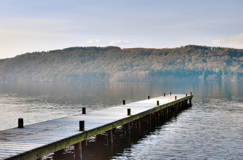 Anlegestelle über nebelhaftem See, Windermere stockfotografie