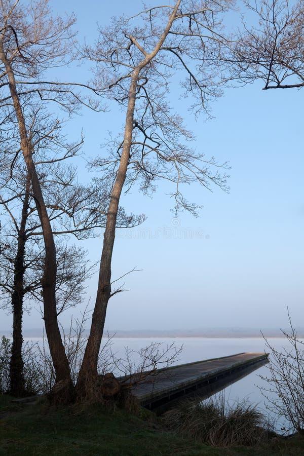 Anlegestelle auf einem See stockbild
