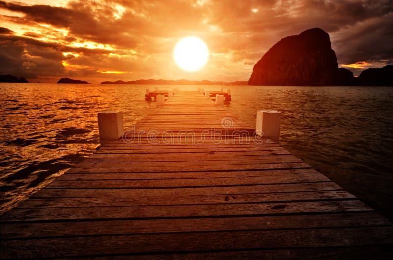 Anlegestelle in den Sonnenuntergang stockfoto