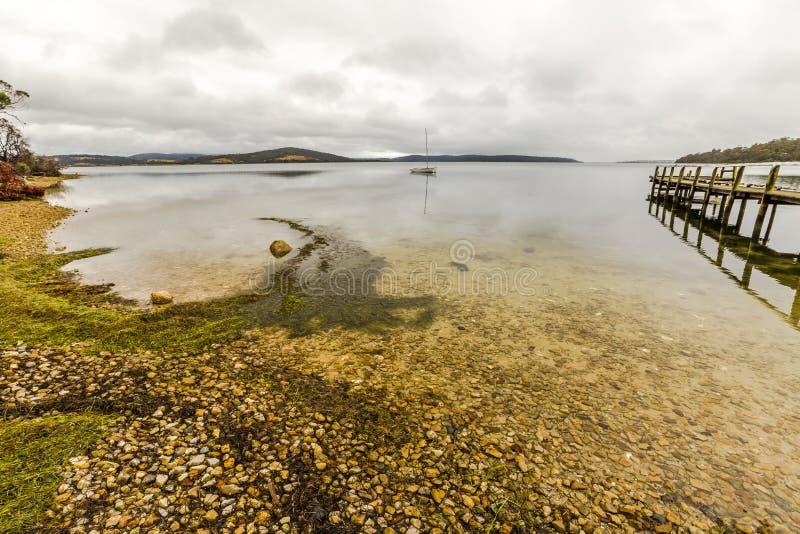 Anlegestelle in der Ostküste Tasmanien lizenzfreie stockfotos