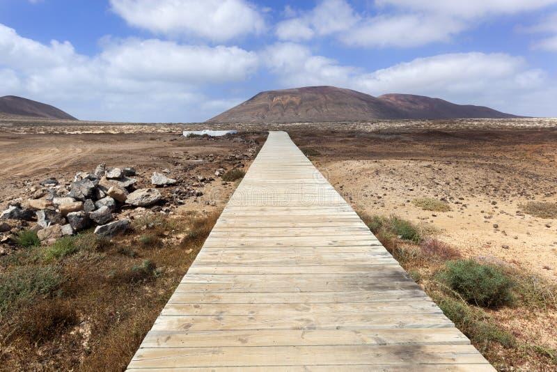 Anlegestelle in der vulkanischen Landschaft auf La Graciosa stockfotografie