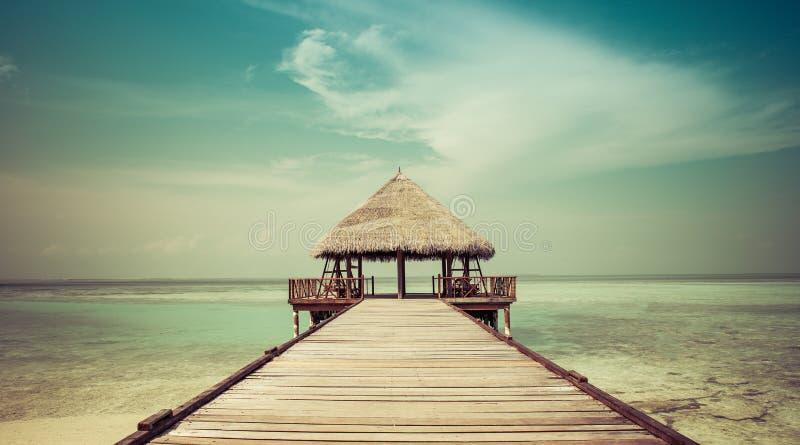 Anlegestelle zu einer Strandhütte stockbilder
