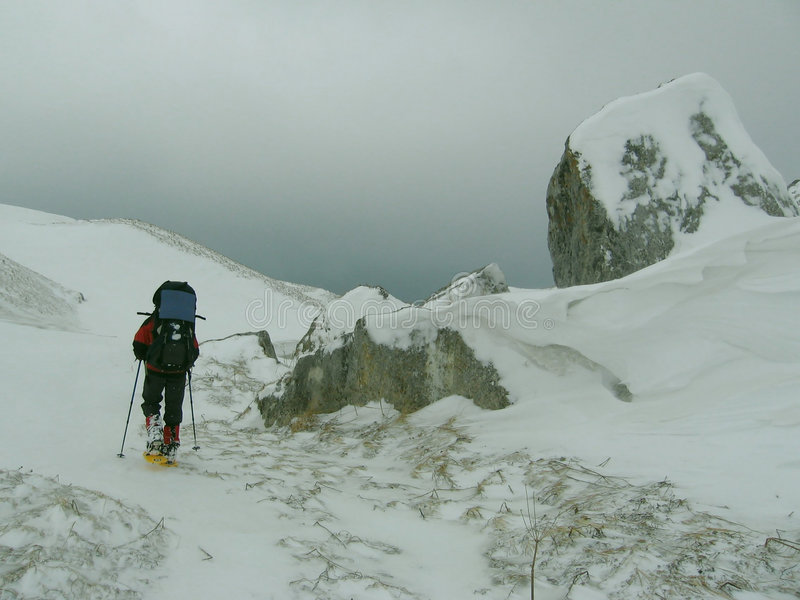 Anleitung auf Winter-Trekking stockbild