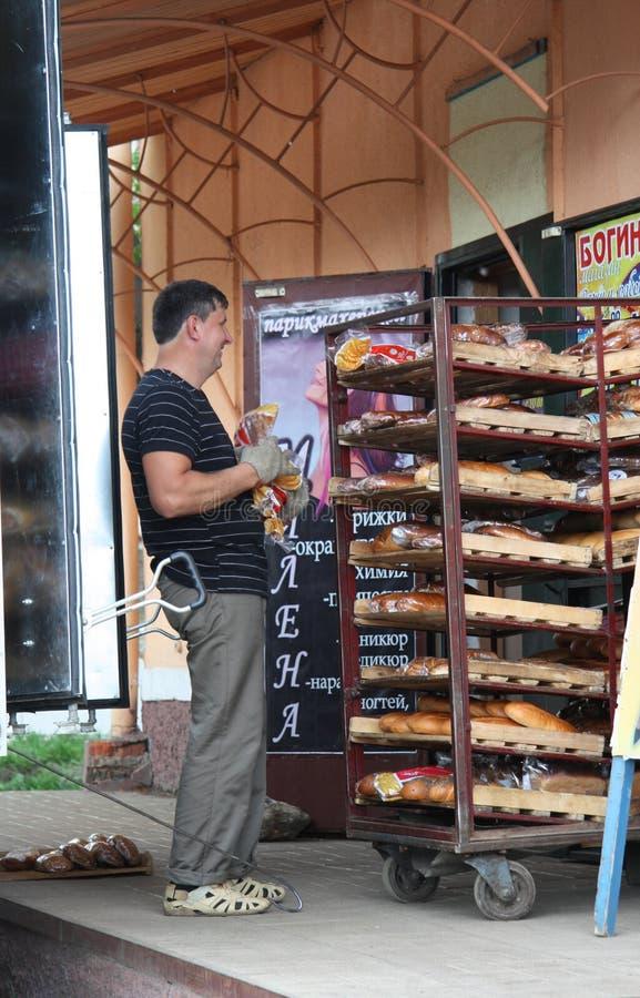 Anlieferung des frischen Brotes stockfotos