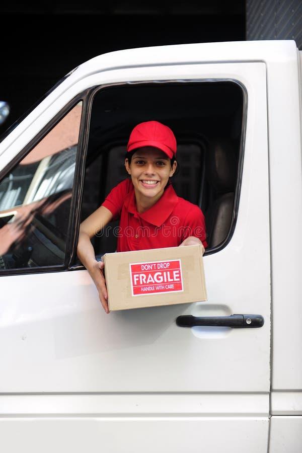 Anlieferungseilbote im LKW mit Paket stockfoto