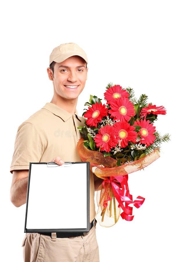 Anlieferungsjunge, der Blumenstrauß der Blumen liefert lizenzfreie stockfotografie