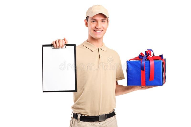 Anlieferungsperson, die einen Geschenkkasten liefert stockbild
