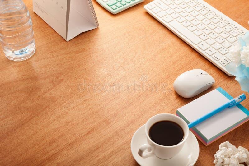 Anmärker den wood tabellen för kontorsskrivbordet av affärsarbetsplatsen och affären arkivfoto