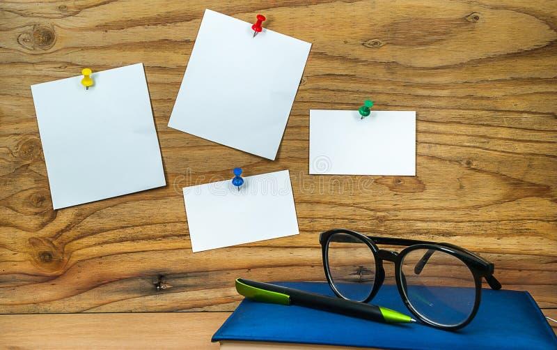 Anmärkning för tomt papper på wood bakgrund med dagbokbokpennan royaltyfria bilder