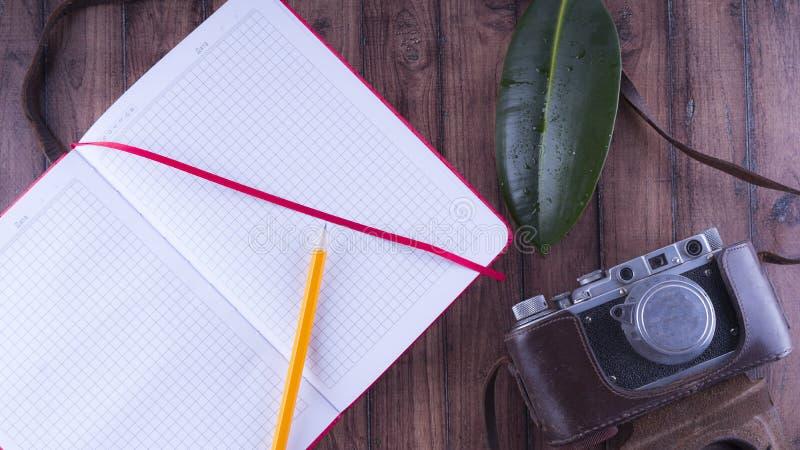 Anmärkningar för handelsresande` s Uppsättningen för vilar och reser Skrivbords- lycksökare Gammal kamera, blyertspennaanteckning arkivbilder