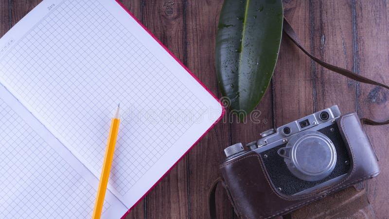 Anmärkningar för handelsresande` s Uppsättningen för vilar och reser Skrivbords- lycksökare Gammal kamera, blyertspennaanteckning arkivfoton