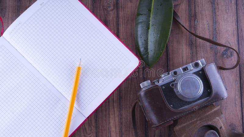 Anmärkningar för handelsresande` s Uppsättningen för vilar och reser Skrivbords- lycksökare Gammal kamera, blyertspennaanteckning royaltyfria foton