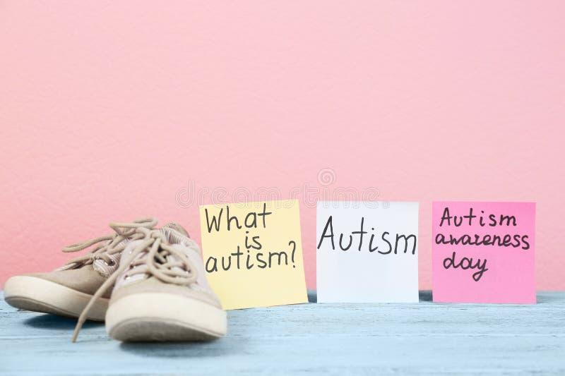 Anmärkningar med autism gällde uttryck och barninstruktörer royaltyfria foton