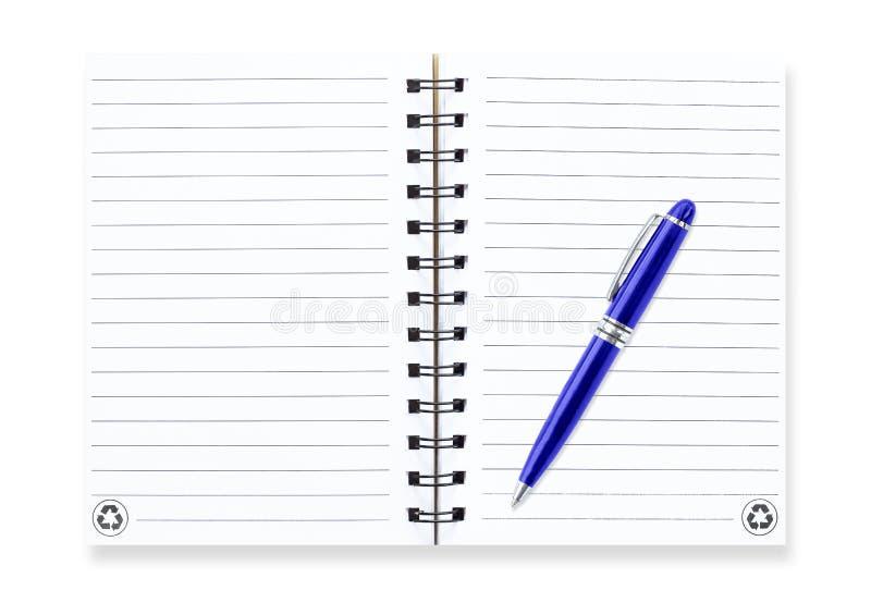 Anmärkningsbok med pennan som isoleras på vit arkivfoton