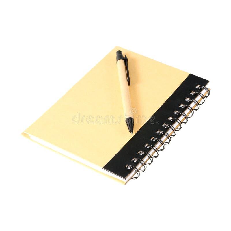 Anmärkningsbok med pennan som isoleras på vit royaltyfria bilder