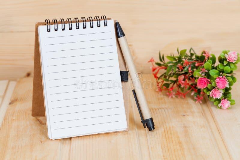 Anmärkningsbok och penna på trä royaltyfri fotografi