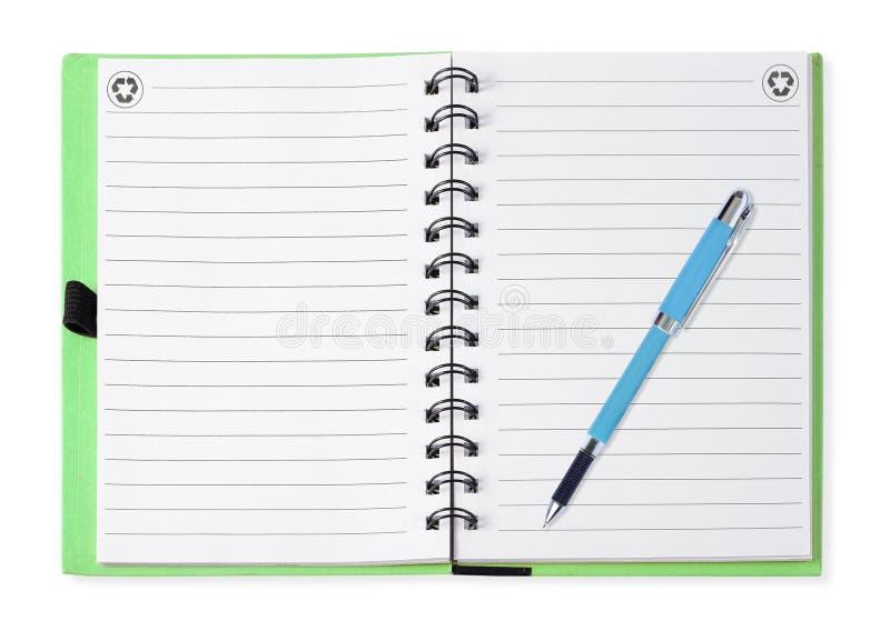 Anmärkningsboken med blått skriver, isolerat på vit royaltyfri fotografi