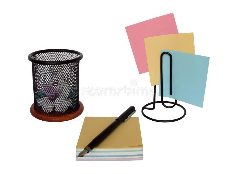 Anmärkningspapper och pennhållare med bläckpennan på ett vitt arkivbilder