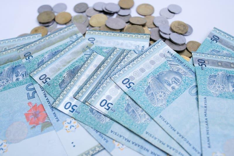 50 anm?rkningar f?r RinggitMalaysia pengar och malaysiskt mynt som isoleras p? vit bakgrund royaltyfria foton
