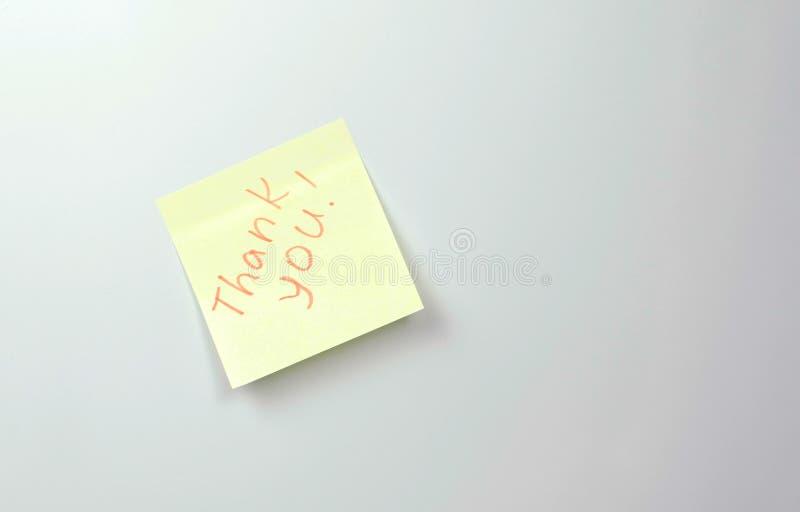 Anmerkung über gelbe Aufkleberpapierblätter mit Wörtern danken Ihnen Familienanmerkung stockfotografie