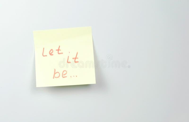 Anmerkung über gelben Aufkleber, den Papierblätter mit Motivationswörtern ihn lassen, ist lizenzfreie stockfotografie