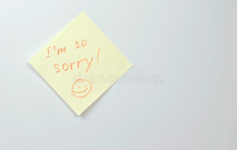 Anmerkung über gelbes Aufkleberpapier bedeckt mit Wörter I ` m so tut mir leid Familienanmerkung lizenzfreie stockbilder