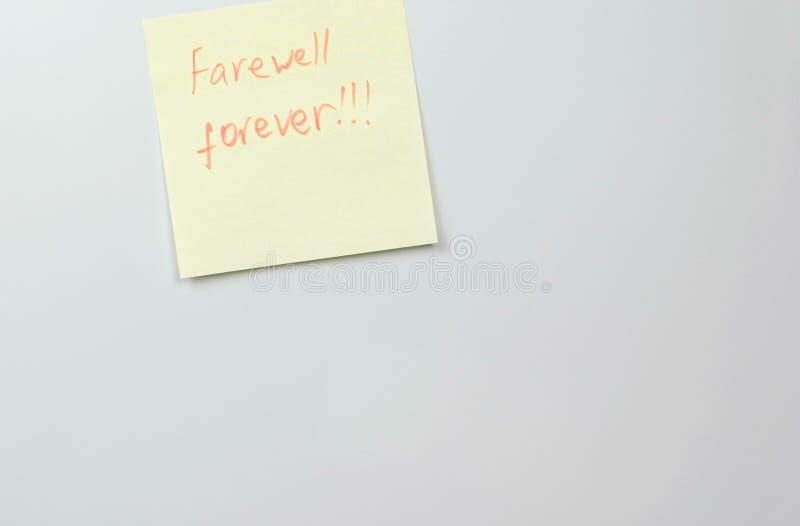 Anmerkung über gelbes Aufkleberpapier bedeckt mit Wortabschied für immer stockfotografie