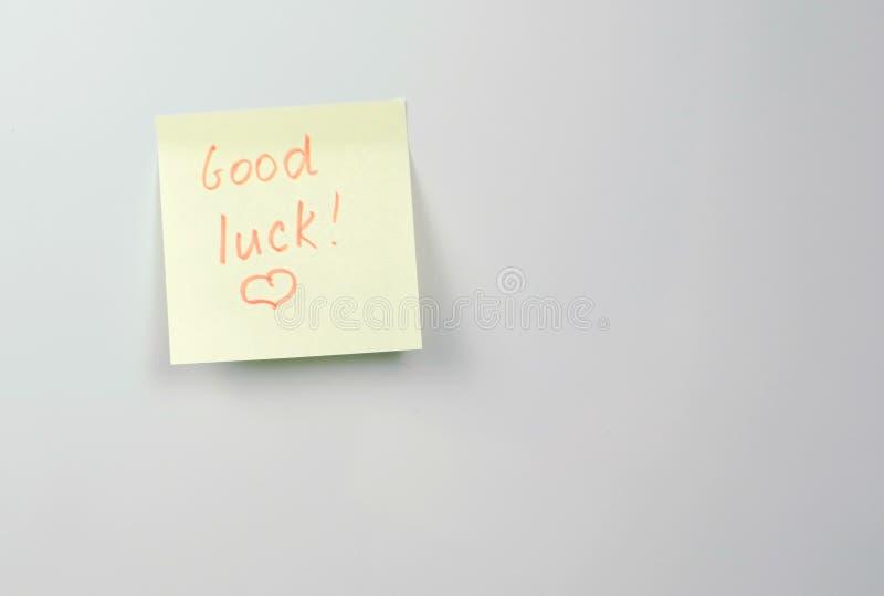 Anmerkung über Papierblätter des gelben Aufklebers mit gutem Glück der Wörter stockfoto